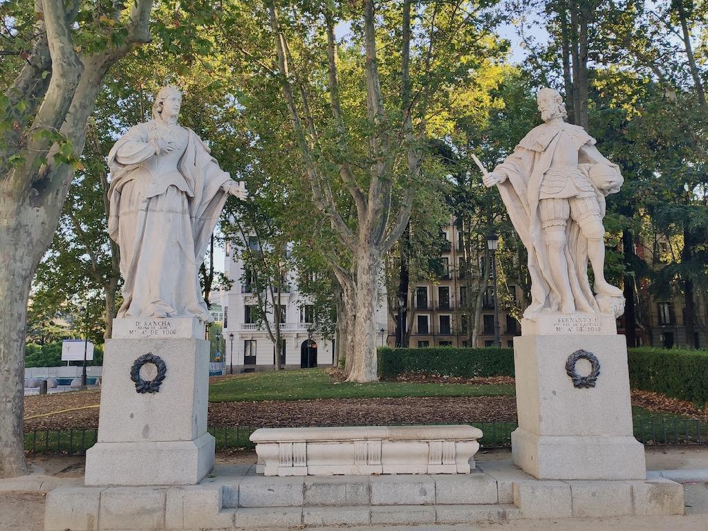 Espagne Madrid Plaza Oriente King statues 2