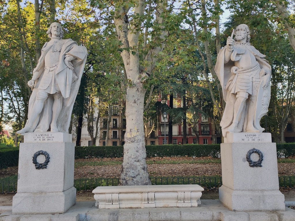 Espagne Madrid Plaza Oriente King statues 3